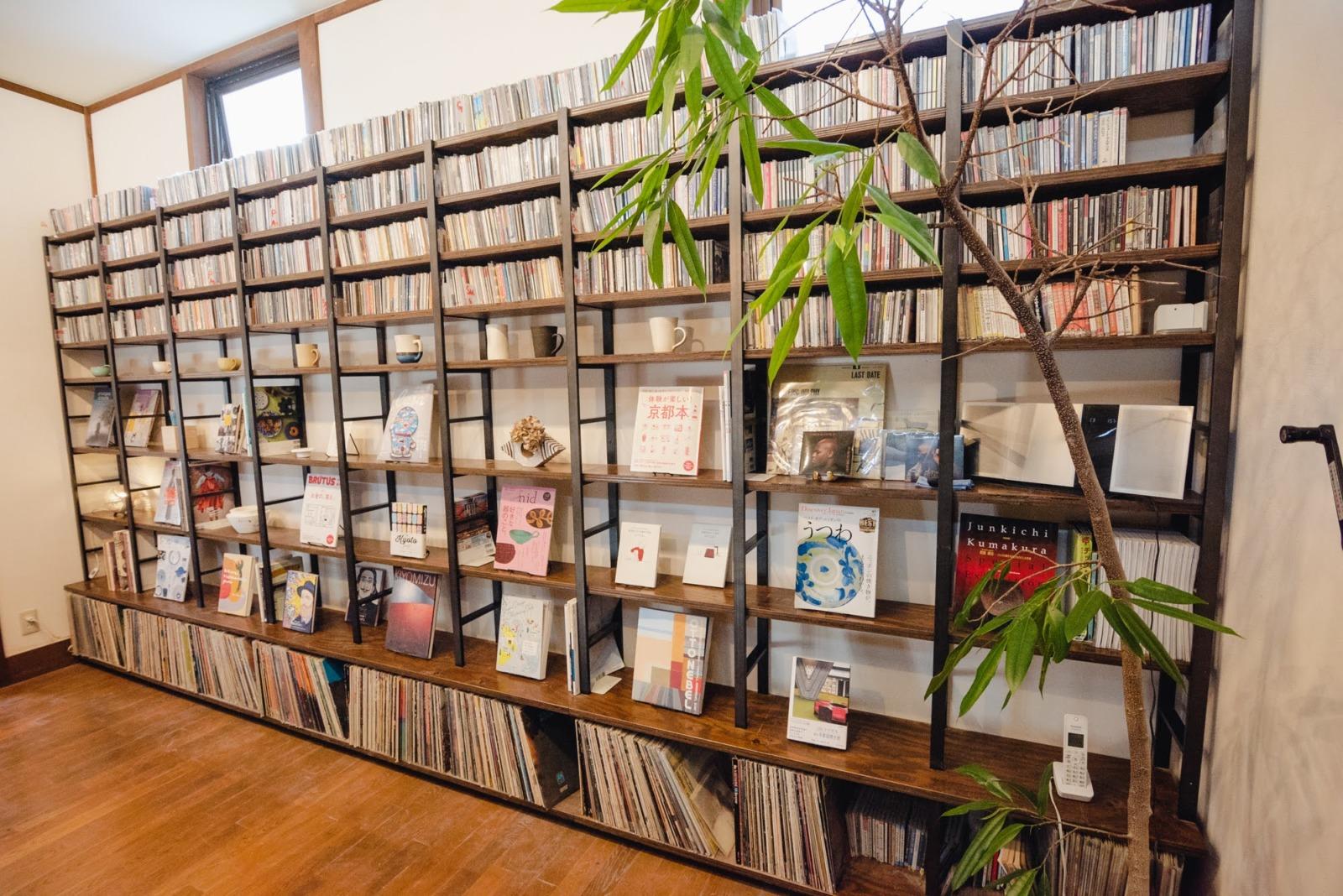 器と、JAZZと、多彩なジャンルの本。''HOTOKI''がさりげなく宿る本棚
