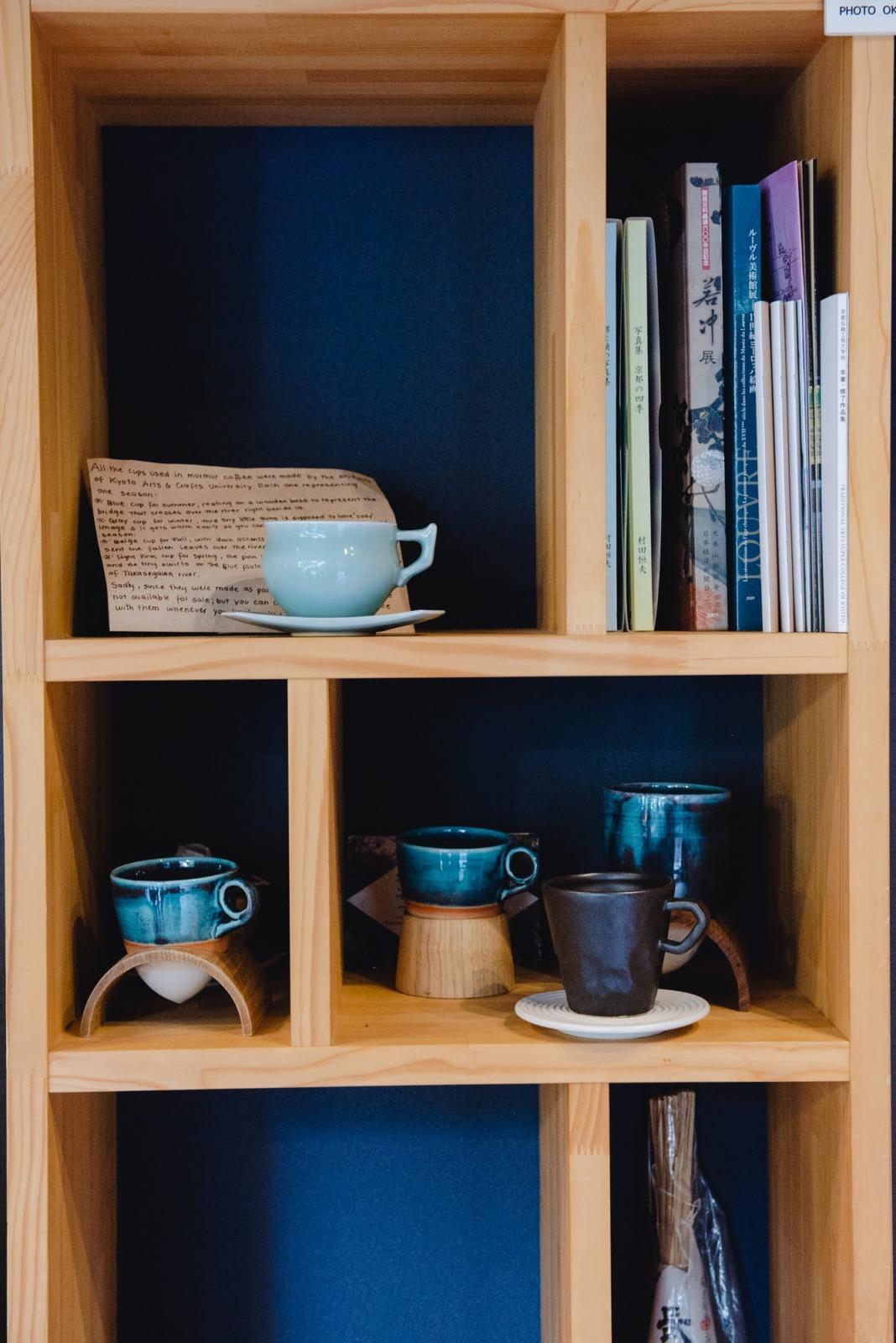 ほどよい距離感で人をつなげるmurmur coffee kyotoの本棚